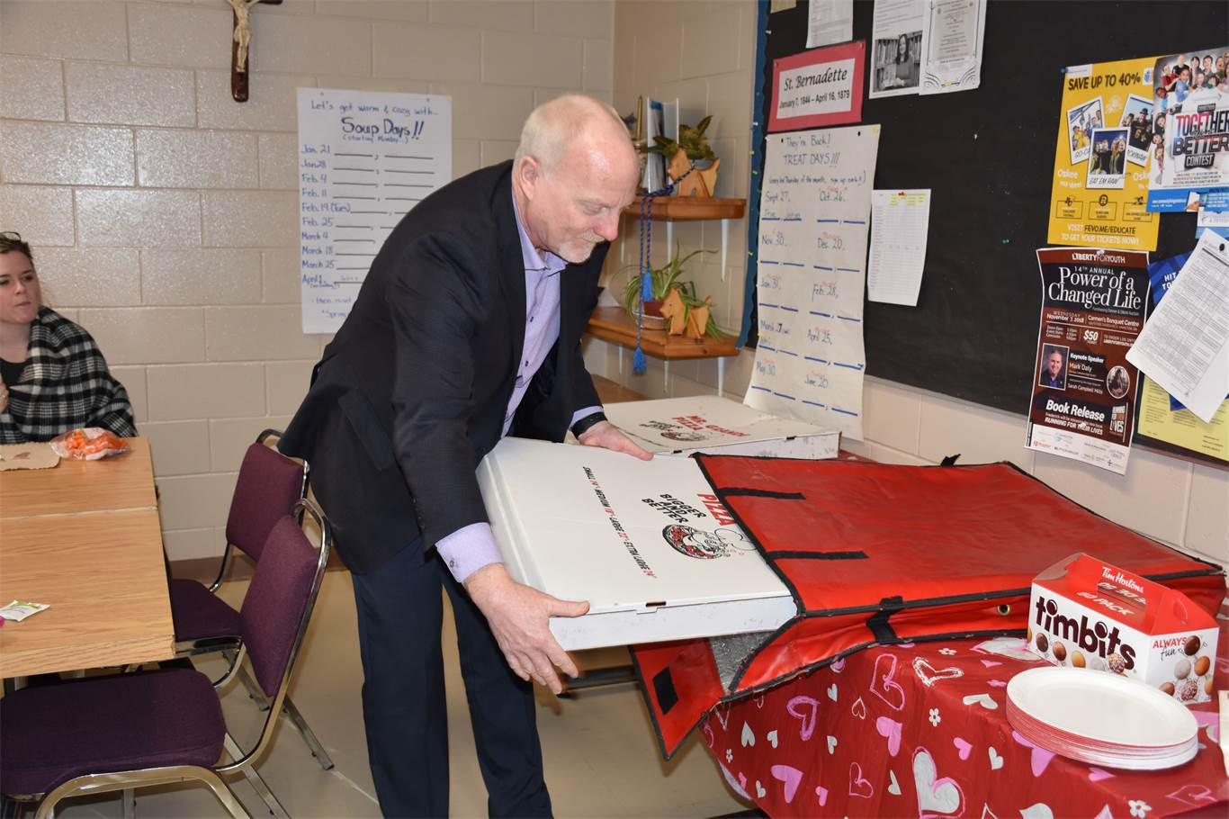 Director of Education David Hansen delivered two party-sized pizzas to St. Bernadette School as a thank you for the school's very creative and successful United Way employee campaign. A special thank you is extended to Mr. Grande Pizza on Rymal Rd., who generously donated one of the pizzas.